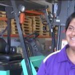 Dzięki licencji operatora wózka widłowego zyskała niezależność [VIDEO]